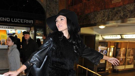Gábina Dvořáková vyrazila do kina v obřím klobouku a v krajce.