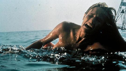 Susan Backlinie ve slavné scéně ve filmu Čelisti