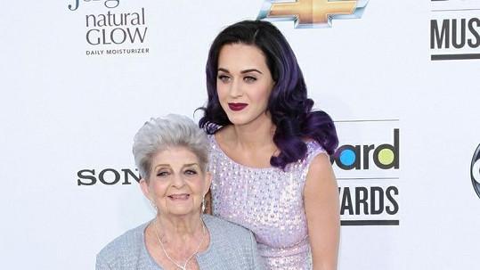 Babička zpěvačky se odvázala, diamantová hůlka byla velmi stylová.
