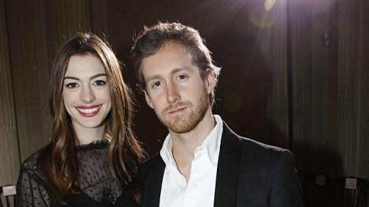 Anne Hathaway a její snoubenec Adam Shulman.