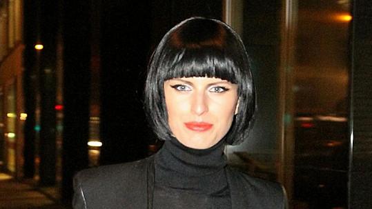Karolína Kurková byla v černém mikádu téměř k nepoznání.
