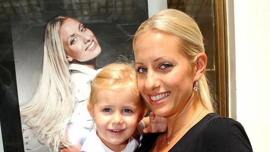 Tereza s dcerou Emily u své fotografie.