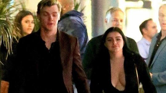 Ariel Winter. Všimněte si i jejího přítele Leviho Meadena vedle...
