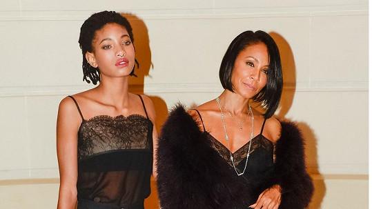 Willow Smith s maminkou Jadou na přehlídce v Paříži