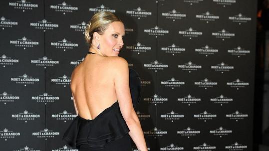 Simona nahoře bez, zato v luxusních špercích.