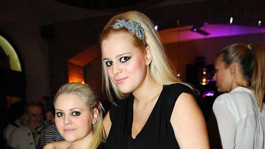 Ornella s mladší sestrou Charlotte (vlevo).