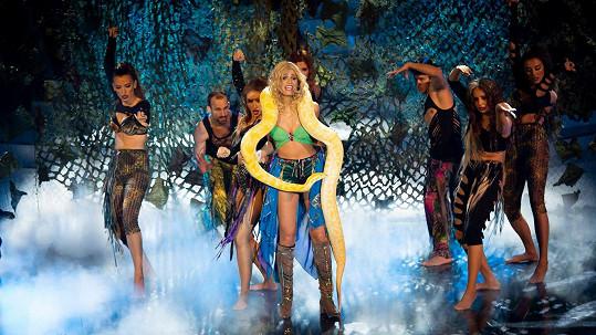 Jasmina Alagič ve slovenské Tváři napodobovala Britney Spears.