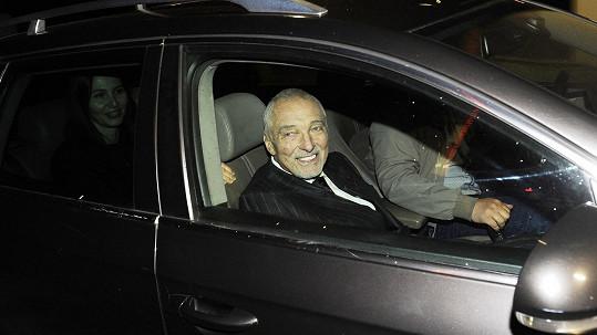 Karel Gott odjíždí z oslavy narozenin Jiřiny Bohdalové.