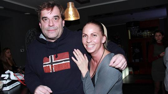 Miroslav Etzler si svou sympatickou přítelkyni hlídá jako ostříž.