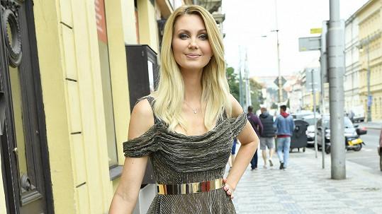 Sandra Parmová tento model oblékne na slavnostní večer Batist nej sestřička.