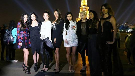 Kim Kardashian jako hvězda Paříže s doprovodem