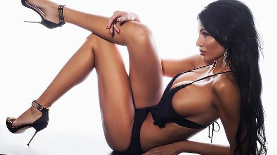Modelka se nespoléhá jen na zázraky plastické chirurgie, ale také na své postavě pracuje ve fitku.