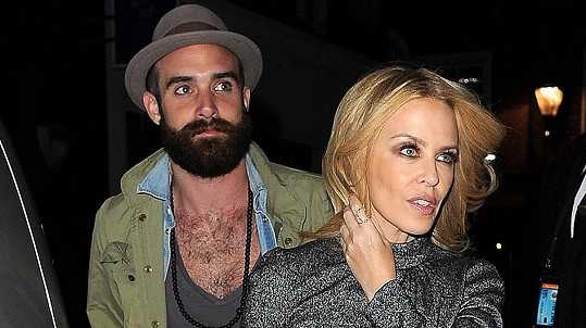 Kylie Minogue se svým zajíčkem Joshuou Sassem