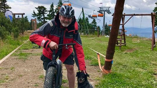 Dan Hůlka tráví volno na kole v českých horách.