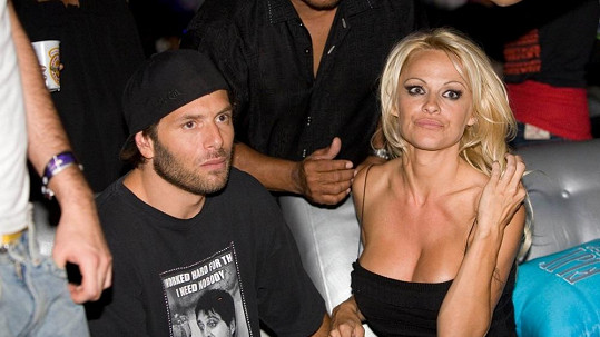 Pamela Anderson se svým třetím a čtvrtým exmanželem v jedné osobě