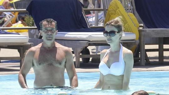 Spolu s přítelkyní si užíval hotelového bazénu.