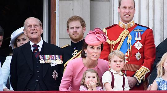 Kate se snažila udržet pozornost dětí, ale neměla to snadné.