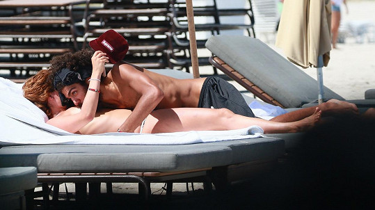 Noah Becker s přítelkyní na pláži v Miami
