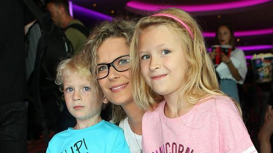 Katka s dětmi do kina často nechodí.