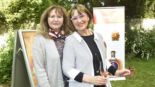 Kardioložka a epidemioložka Věra Adámková se zpěvačkou Petrou Černockou (vpravo)