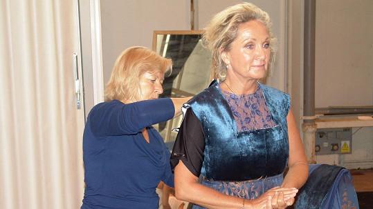 Bára Basiková na zkoušce kostýmu
