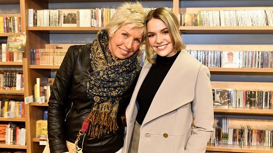 Marcela Březinová dorazila s dcerou Vandou na křest knihy.