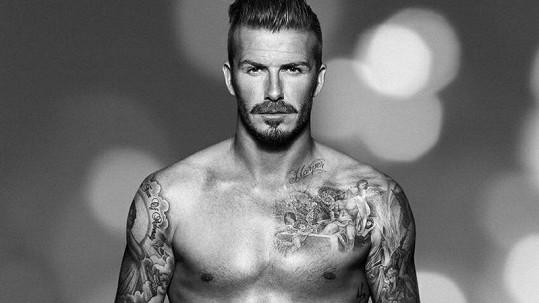 Anglický fotbalista se pochlubil nejen kolekcí oblečení a spodního prádla, ale i tetováním.