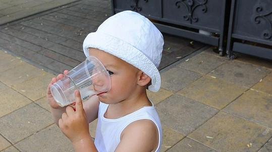 Syn Bořka Slezáčka Kolja si pochutnával na pivu.
