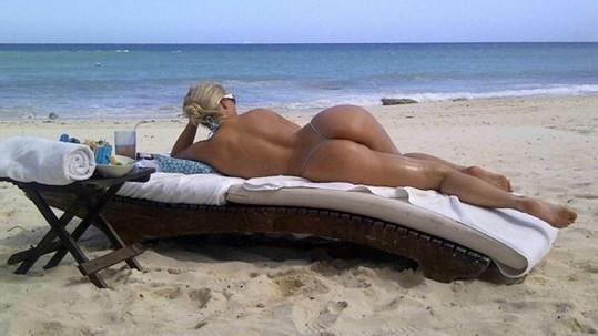 Coco Austin v mini bikinách na mexické pláži.