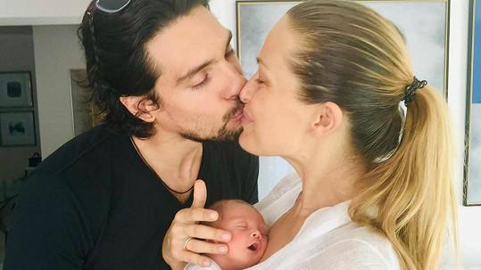 Na fotce je zachycený moment, kdy si Petra Němcová a její muž syna po náročných dvou týdnech přivezli z nemocnice domů.