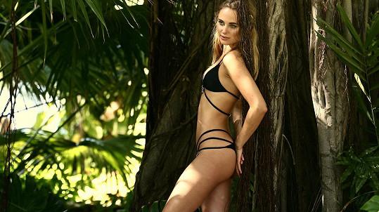 Kimberley Garner pózuje v nové kolekci plavek.