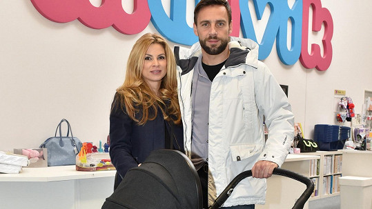 Roman Vojtek s manželkou vybírali kočárek.
