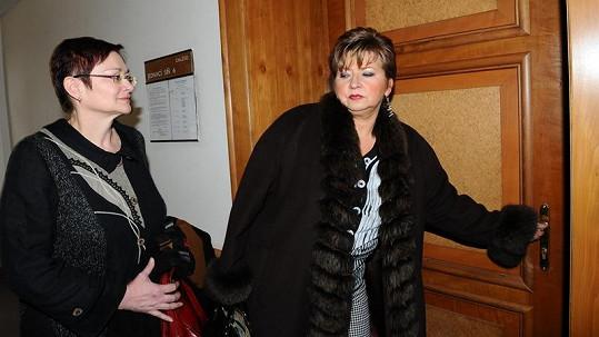 Darina Rychtářová se svou právničkou Věrou Sedloňovou, která žaluje Rychtáře.