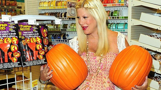 I Tori Spelling nakupuje dýně na Halloween. (ilustrační foto)