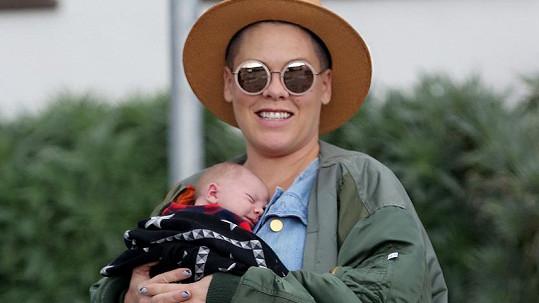 Pink se pochlubila synem Jamesonem.