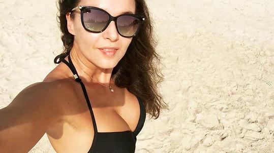Iva si užívá na dovolené u moře.