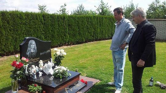 Josef Rychtář s Petrem Veselým, který se teď otřel o památku Ivety Bartošové.