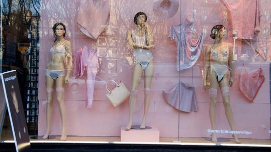 Figuríny způsobují v ulici nemalé pozdvižení.