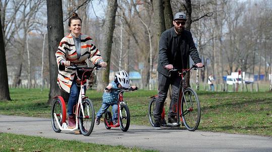 Jandová s manželem a dcerou během prvních jarních dnů.