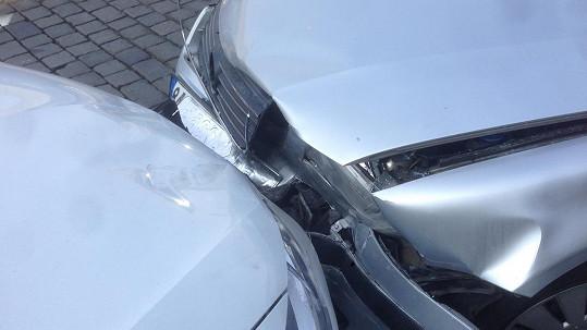 Nehoda Petra Martináka: Z této fotky se nezdá, že by jedno z aut bylo na odpis.