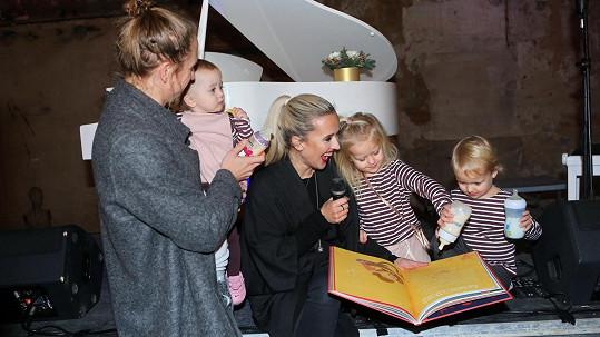Tomáš Klus s manželkou a dětmi