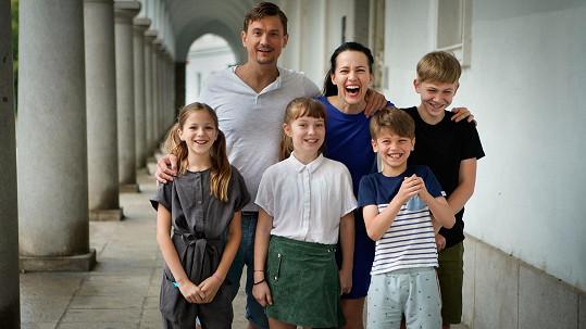 Šťastnou rodinku uspí podivná epidemie, která se šíří světem.
