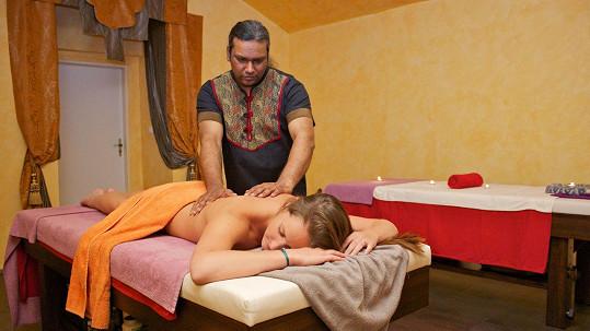 Dominika zahájila rozlučku se svobodou na masáži.