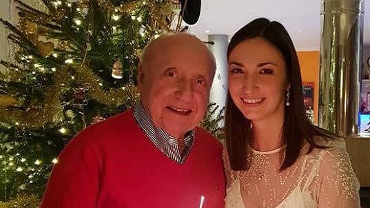 Felix Slováček s Lucií Gelemovou u vánočního stromečku