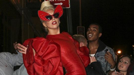 Lady Gaga opět ohromila veřejnost bláznivým modelem a především šíleně vysokými botami.