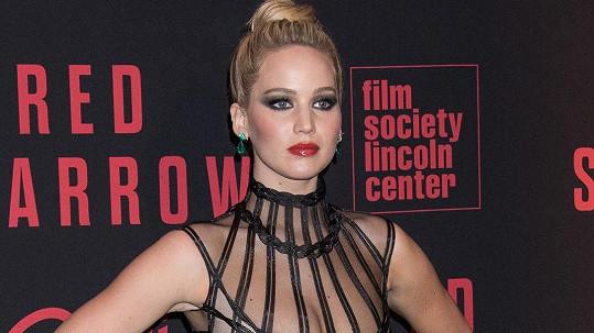 Jennifer Lawrence měla na newyorské premiéře filmu Rudá volavka maličkou nehodu.