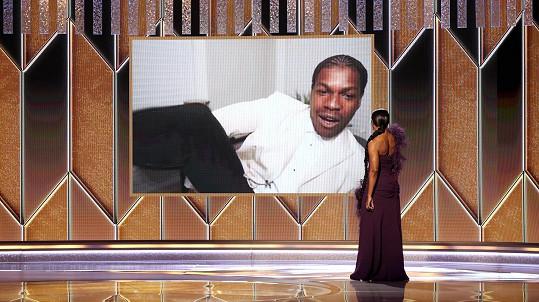 John Boyega zvítězil v kategorii Nejlepší televizní herec ve vedlejší roli. Divákům ukazuje, že k saku má tepláky.