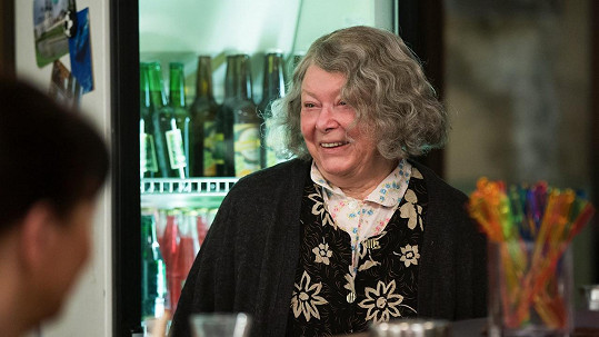 Alena Vránová s šedivou parukou a bez líčení. Poznali byste ji?