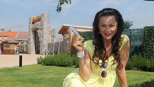 Vanda Károlyi má nádherný úsměv i nohy. Koukněte do galerie!