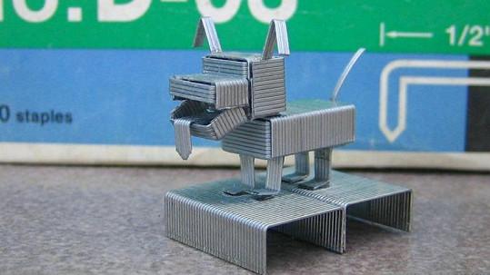 Miniaturní zvíře z kancelářských sponek.